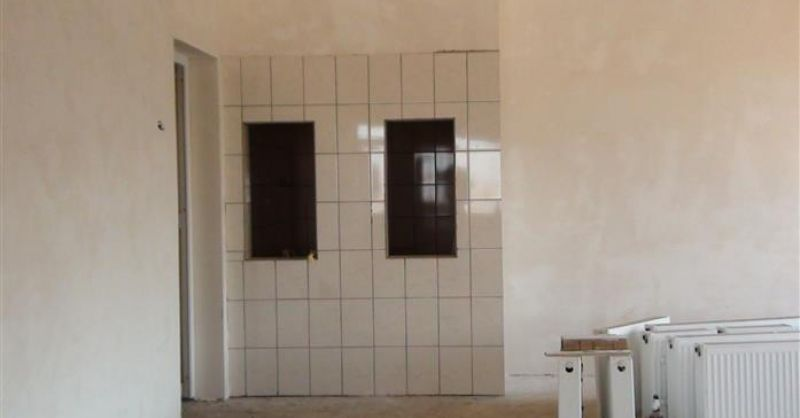 Betegelde keukenwand en radiatoren