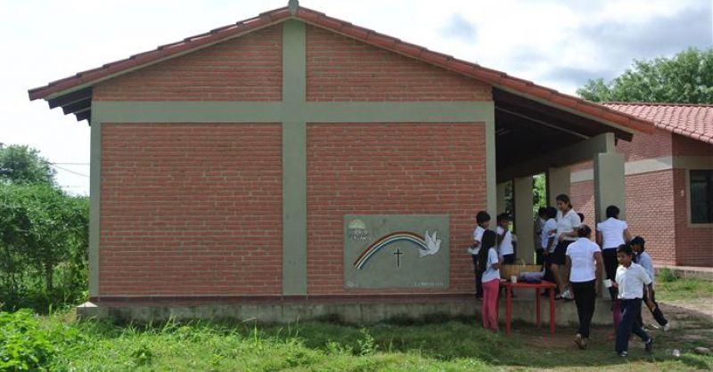 Schoolgebouw zijaanzicht (met kinderen)