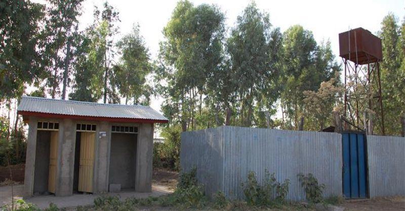 Latrine met waterreservoir