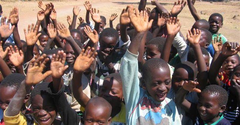 Kinderen bij de school