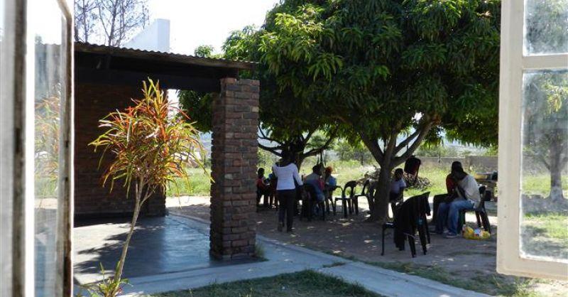 Clienten onder de boom voor het hoofdgebouw