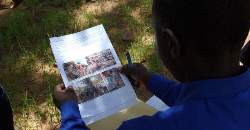 De brief van een deelnemer wordt aandachtig gelezen