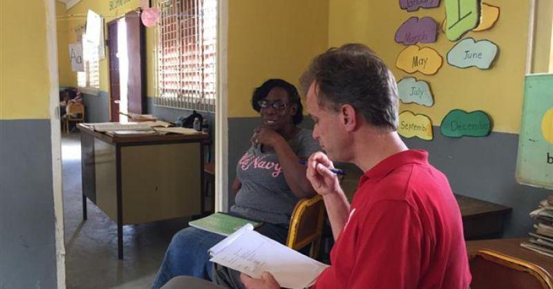 Set-upper Roeland in gesprek met een van de docenten