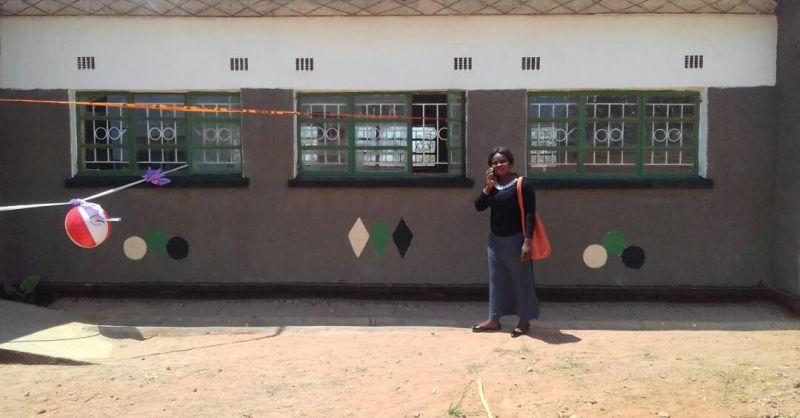 Schoolgebouwd versierd voor de opening