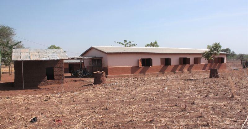 Tussen de schoolgebouwen staat nu ook de nieuwe keuken