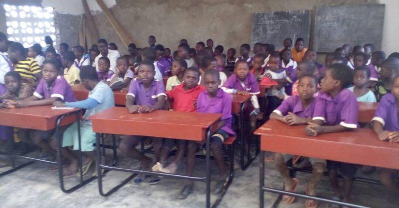 Nieuwe schoolbankjes in het klaslokaal