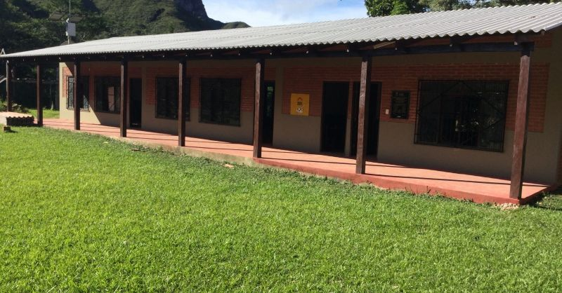 Het schoolgebouw staat er mooi bij