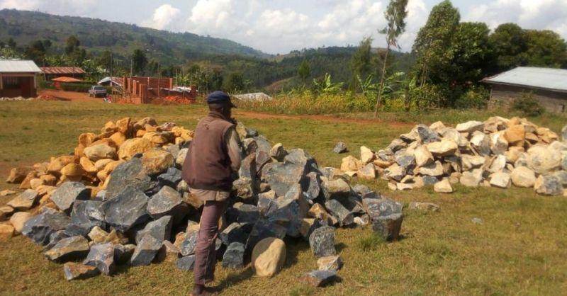 De stenen worden tot gruis geslagen voor de fundering