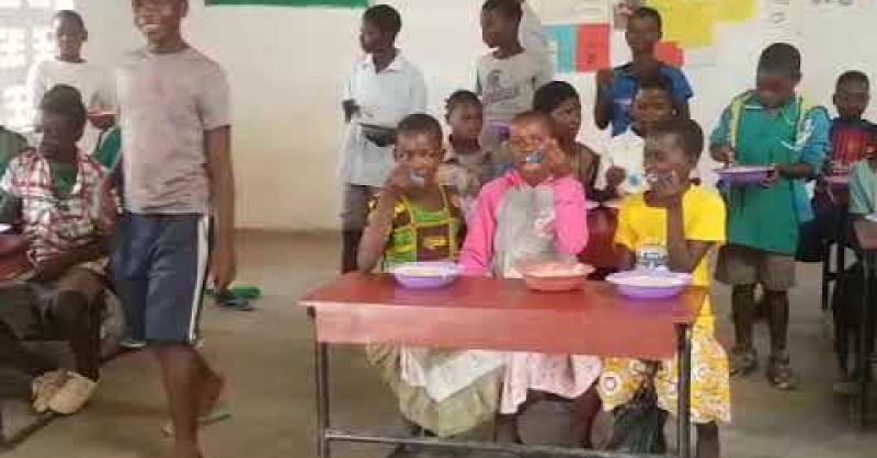 Kinderen genieten van maaltijd in Mkumbanjara