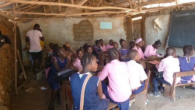 Een van de tijdelijke klaslokalen in gebruik
