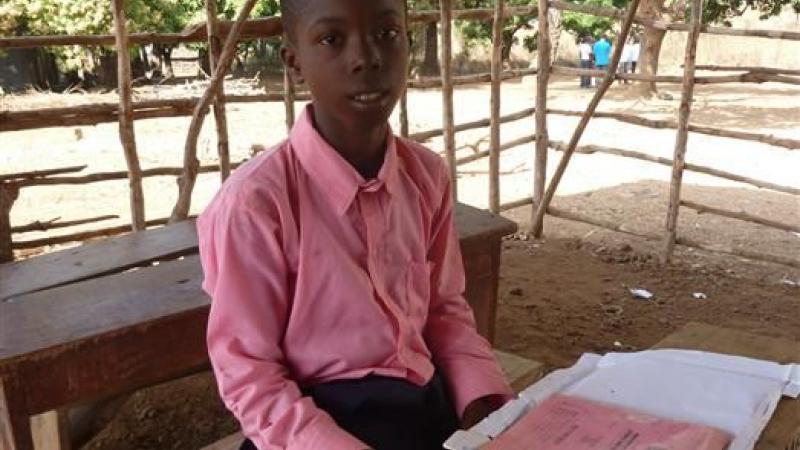 Jongen in tijdelijk klaslokaal