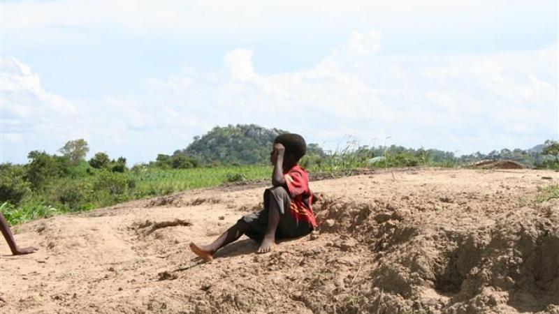 Een van de kinderen op de rots bij de school