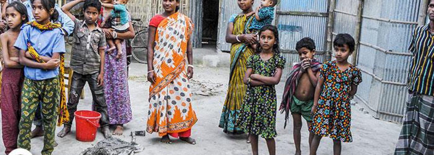 Kinderen in de buurt van het project