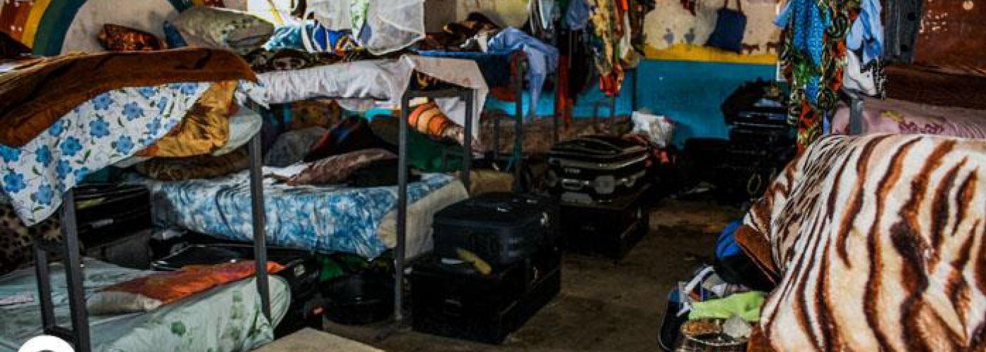 Geimproviseerde slaapzaal in klaslokalen