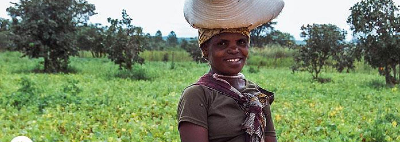 Vrouw haalt mais op bij Trainingscentrum in Miloso