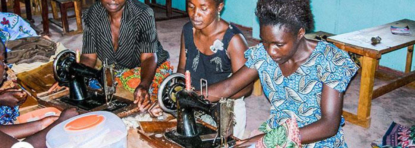 Vrouwen tijdens workshop kleding maken op trainingscentrum