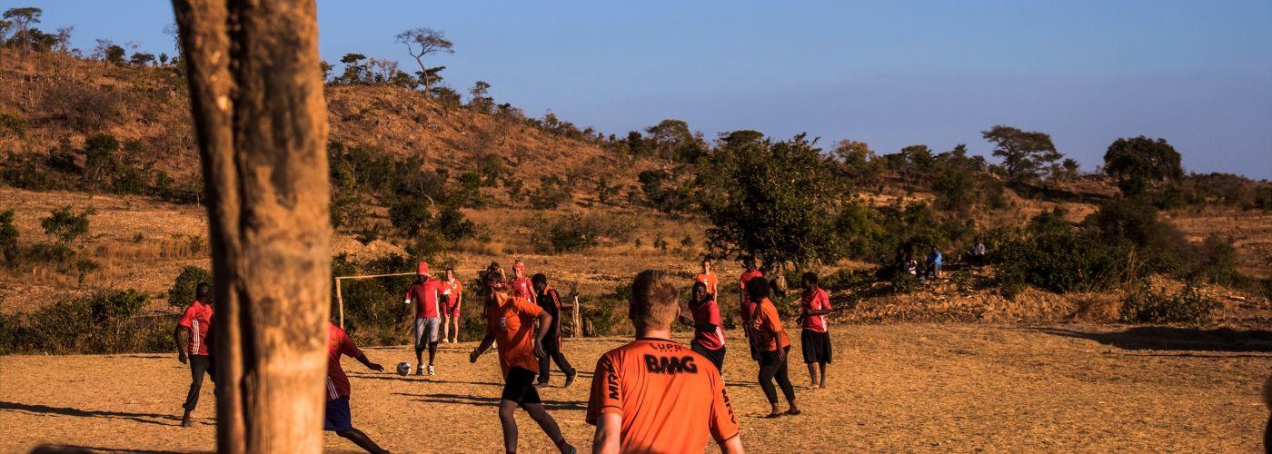 Potje voetbal tegen de locals