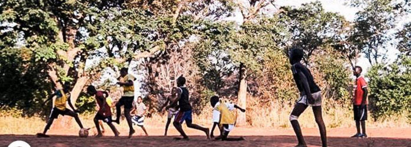 Jongeren aan het voetballen