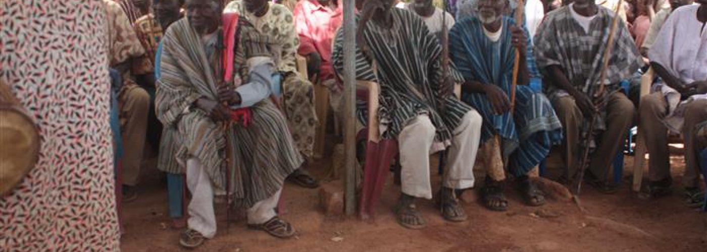 Dorpshoofden in Dindani tijdens bezoek set-up