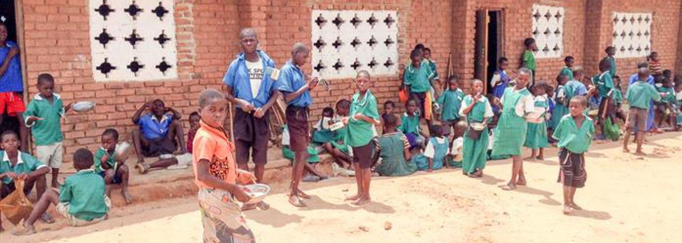 De kids van Mkumbajara voor hun schoolgebouw