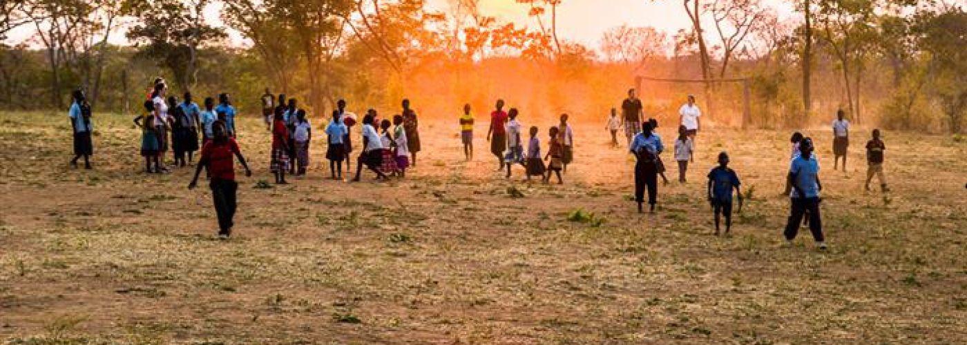 Nog even na de bouw: voetballen met de kinderen