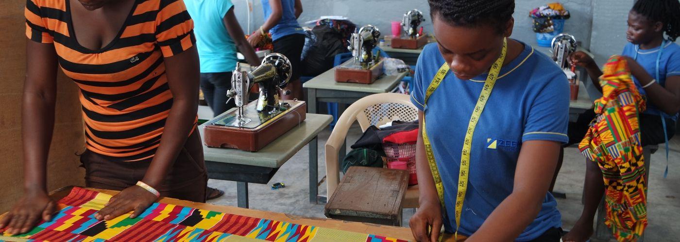 Meiden in Lifeline centre leren kleding maken