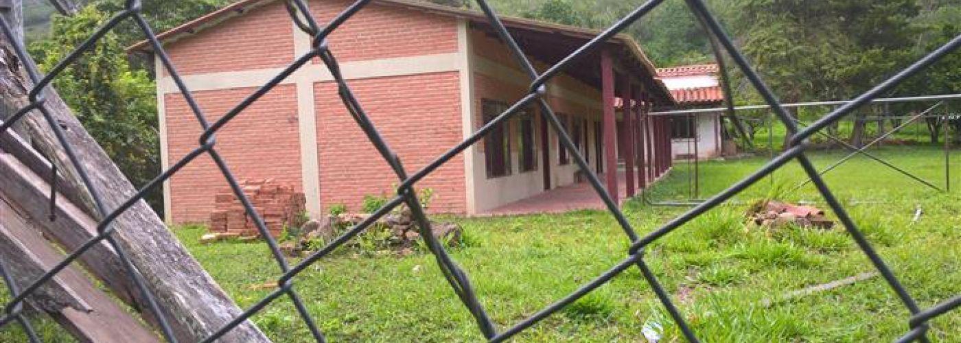 Door het hek een foto van de school