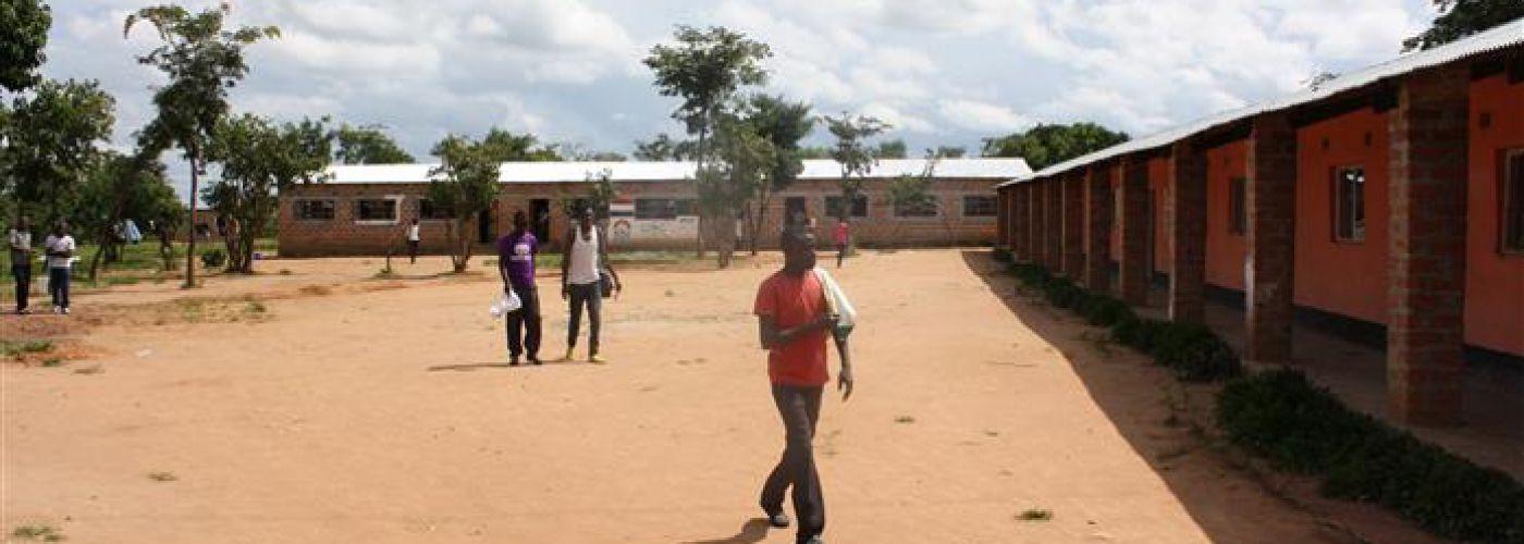 Schoolgebouw voorzijde met studenten