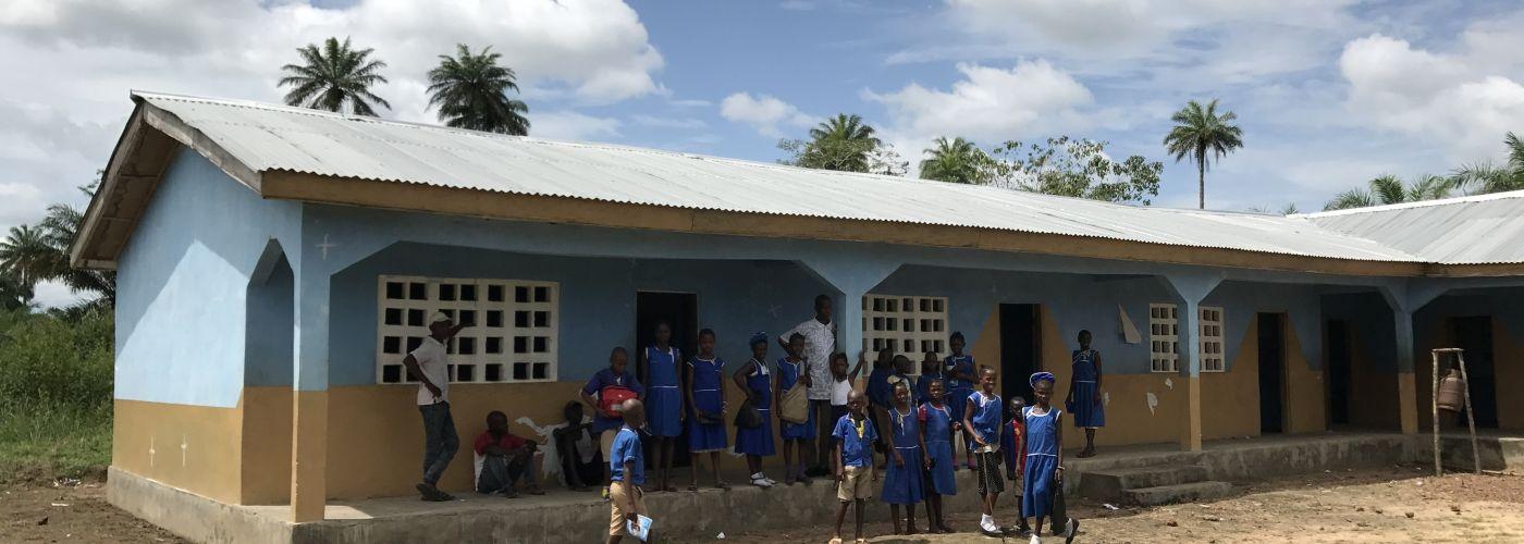 Naar school in Barmoi Lol