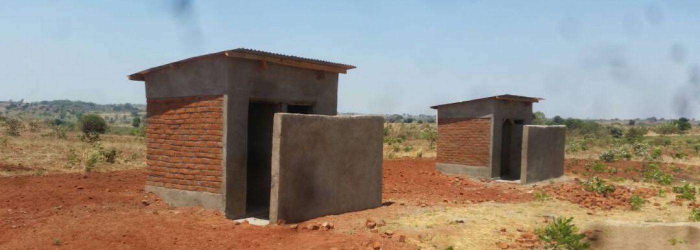 De twee nieuwe latrines