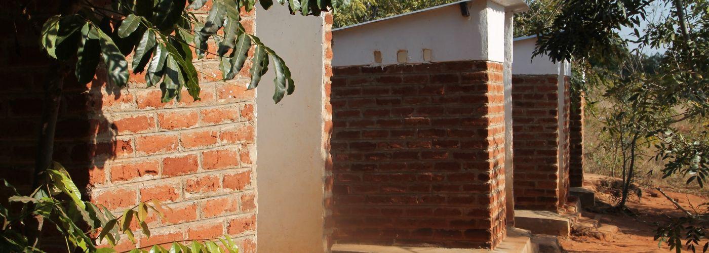 De tijdelijke latrines voor de groep zijn na vertrek opgewaa