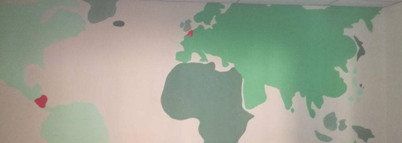 De wereldkaart aan de muur