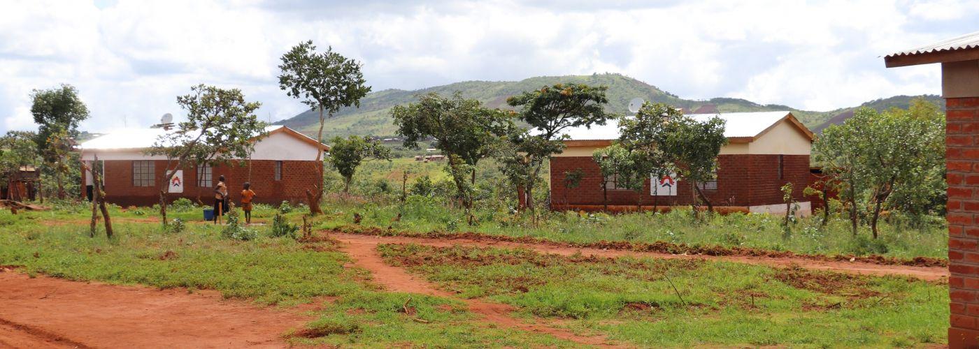 Lerarenwoningen in de groene omgeving van Rukuru