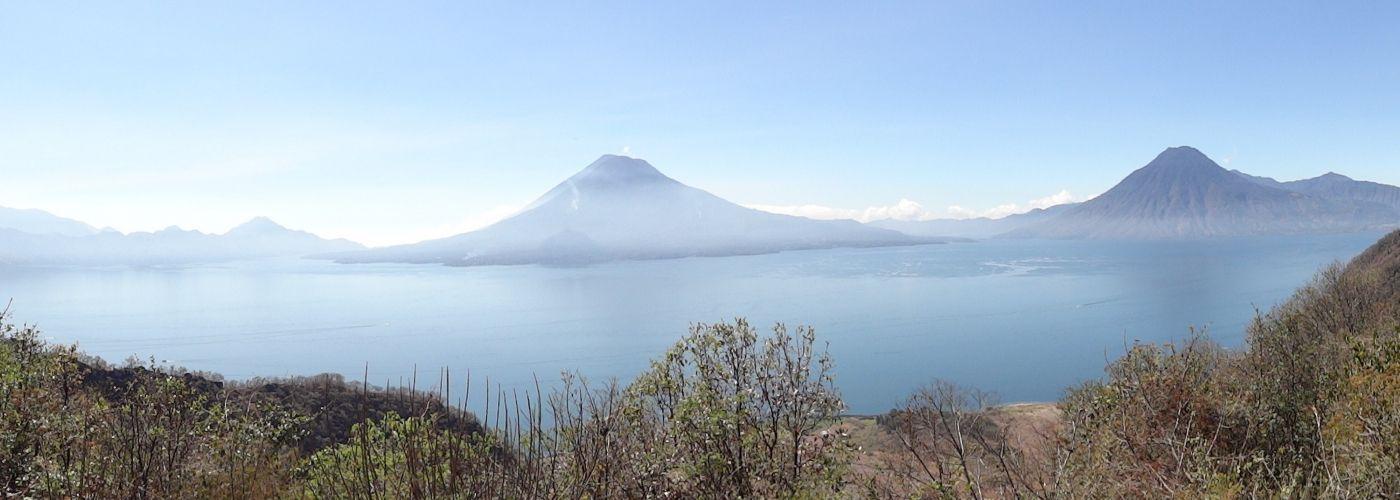 Prachtige uitkijk op het vulkanische landschap