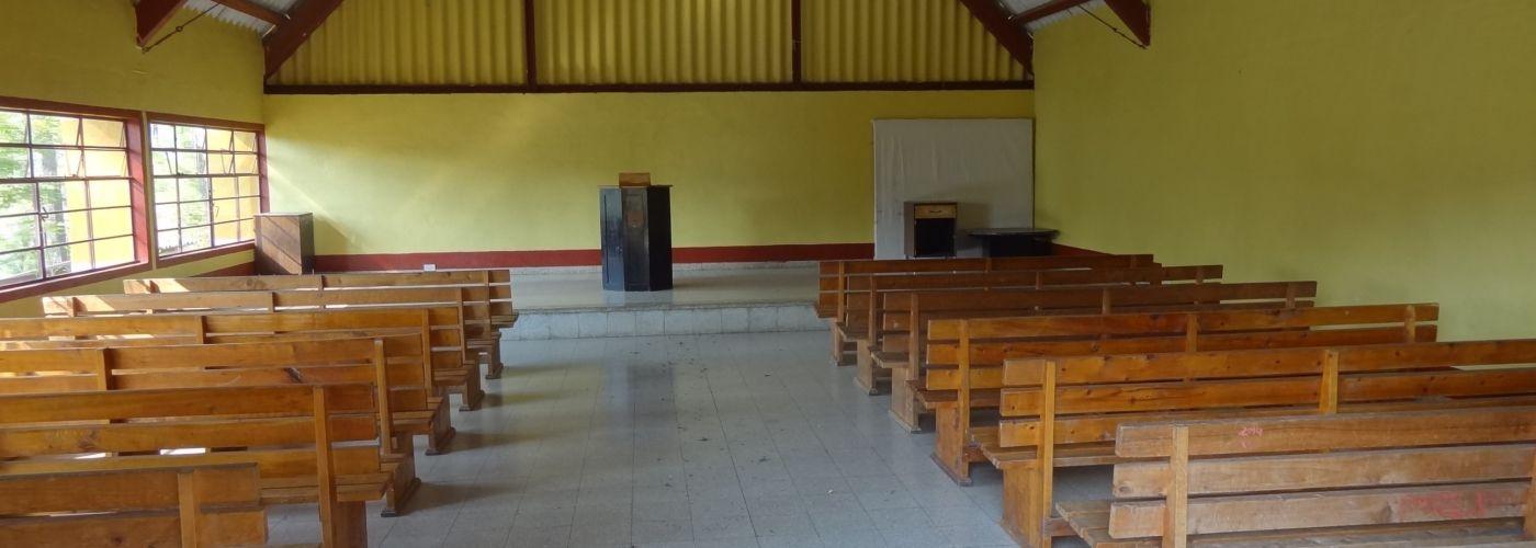 Een kijkje binnenin de kapel van Camp Canaan