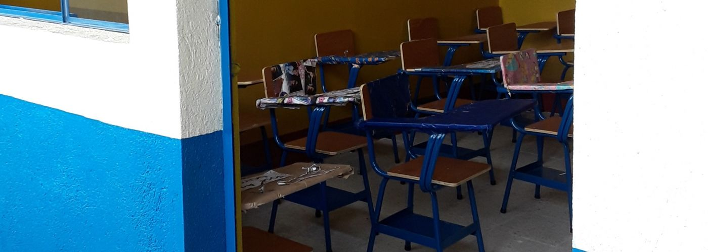 In Guatemala versieren kinderen hun schoolbankjes