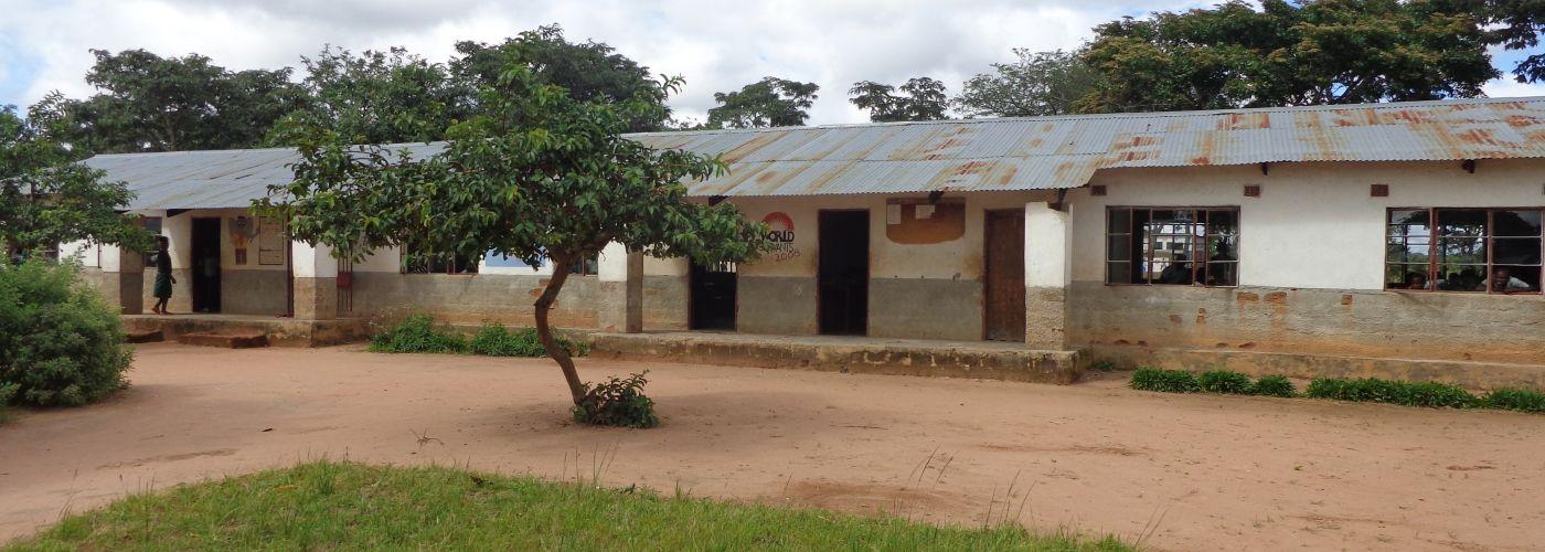 Het schoolgebouw in Mwishala
