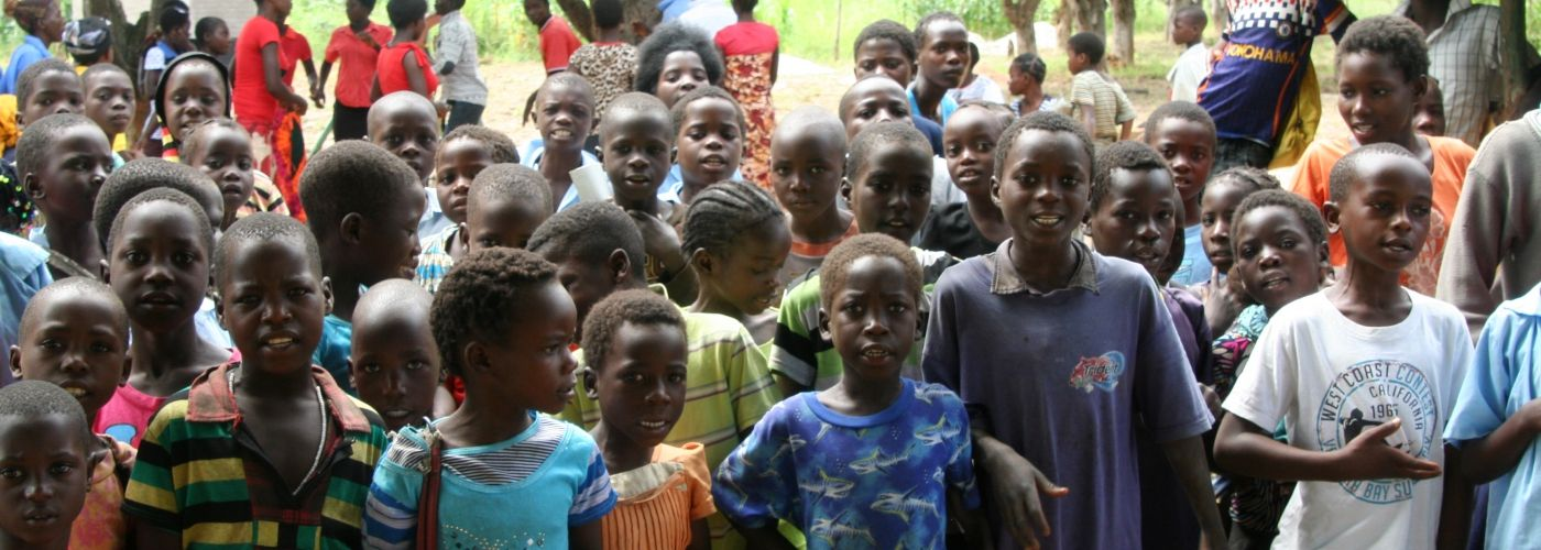 De kinderen uit Chimoza aan het zingen
