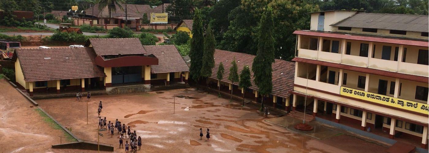 Uitzicht op het schoolterrein