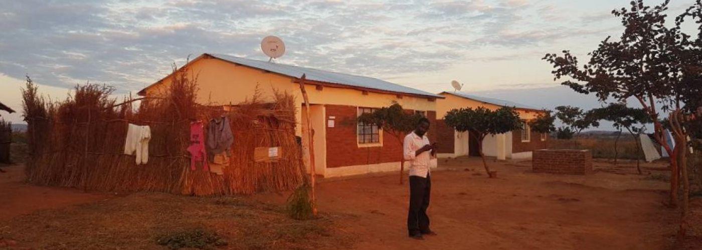 Satellietschotels op de daken van de lerarenwoningen