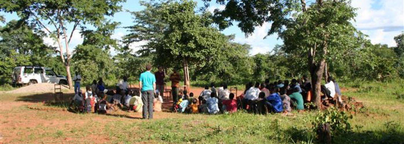 Meeting met community onder de boom